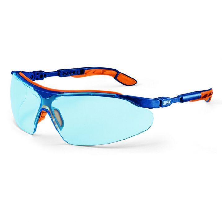 A kék színű Uvex i-vo szemüveg speciális lencséjén az atomi szintű nanotechnológiás lakkrendszere miatt nem tapad a por és az egyéb szennyeződés sem.