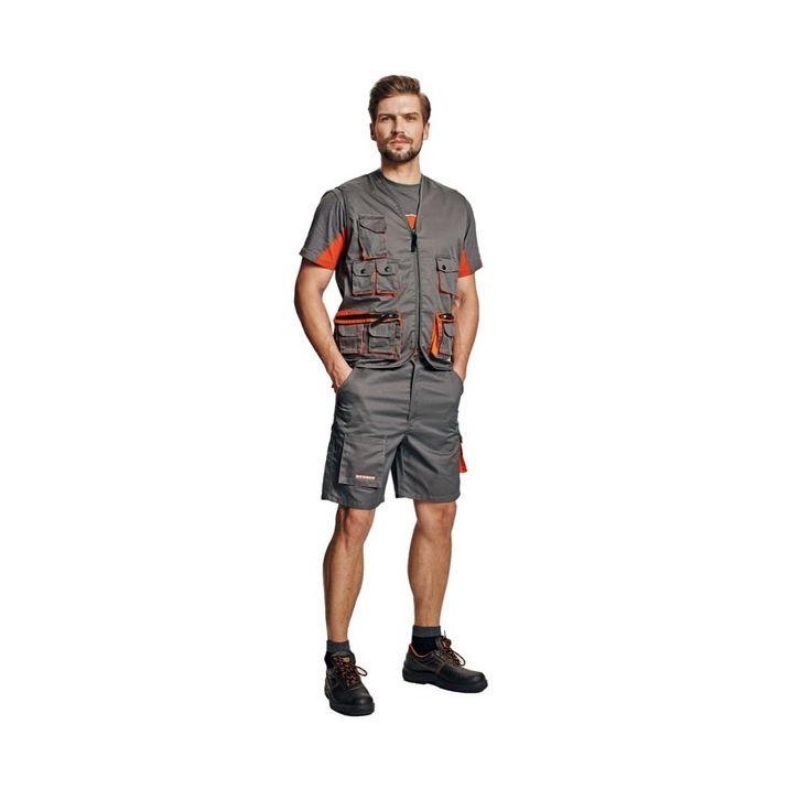 A Desman rövidnadrág térdig ér, lezser szabása sportos megjelenést biztosít, többfunkciós zsebeiben biztonságosan tárolhatóak például a személyi iratok, vagy a munkához szükséges kisebb eszközök.